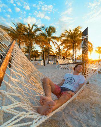 Entspannung in der Hängematte am Strand vom RIU Palace Jamaica