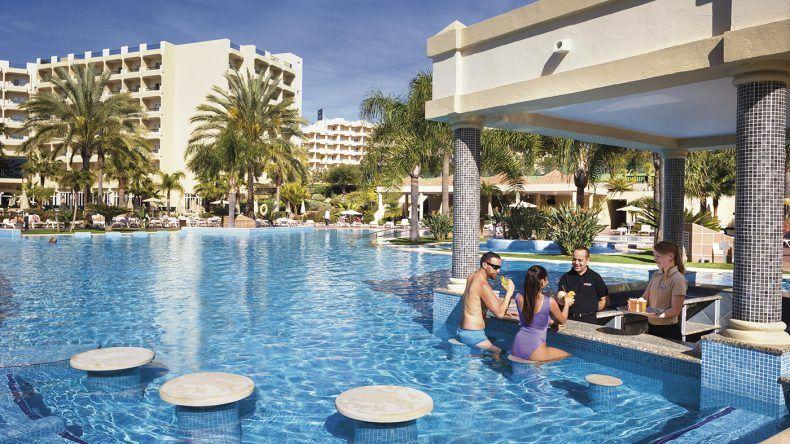 Einmal Platz nehmen bitte! Swim-up-Bar im Pool des RIU Guarana