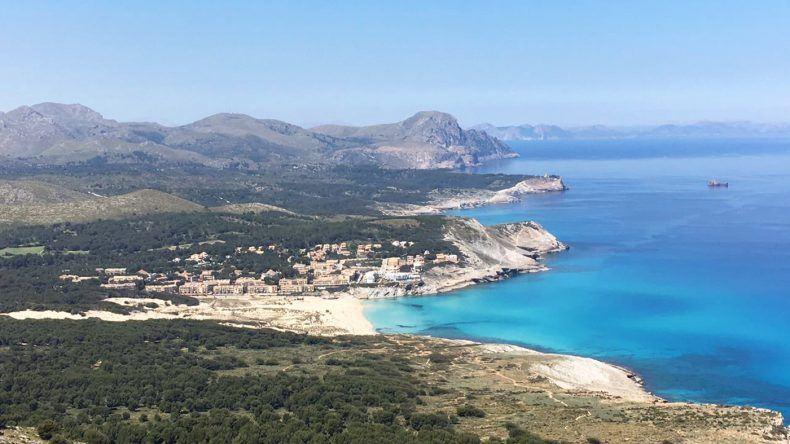 Blick auf die Cala Mesquida auf Mallorca von oben.