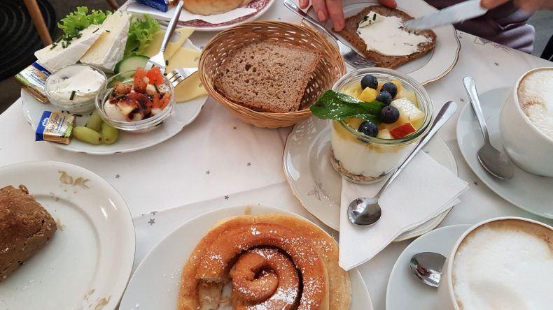 Reservierung erforderlich im süßen Café Fräulein nah am Viktualienmarkt. Spezialität: Warme Zimtschnecken