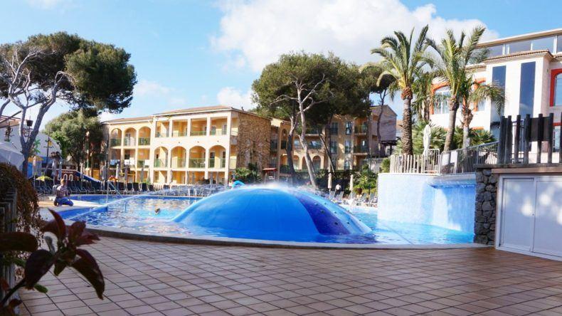 Pool im Viva Mesquida Club.