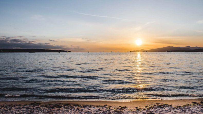 Die English Bay ist einer der belieb testen Treffpunkte für einen Sundowner