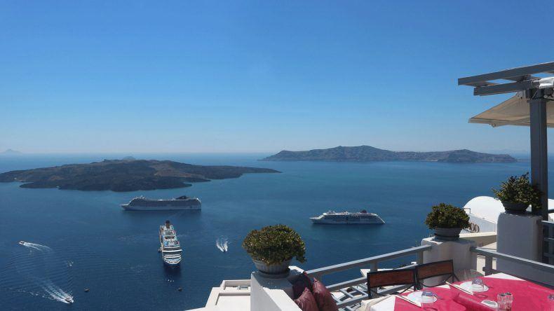 Im Hafen von Santorini: Rechts die MS EUROPA 2, links hinten die MSC