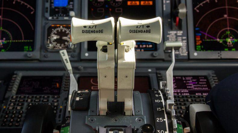 Schubhebel Boing 737-800 stehen noch im Leerlauf