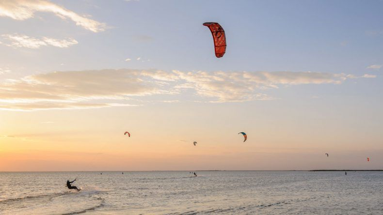 Eine Gruppe Kitesurfer auf dem Meer