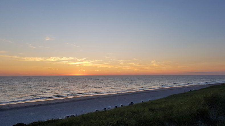 Was für ein Sonnenuntergang! Im Restaurant Strandoase genießt ihr den besten Blick auf die untergehende Sonne
