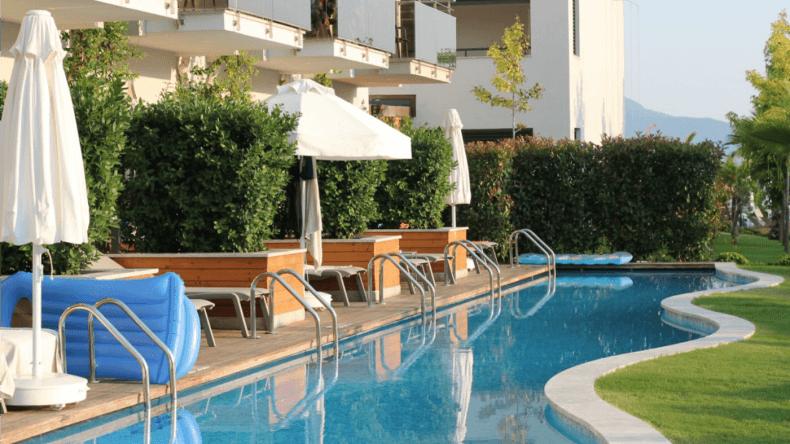 Unsere eigene Terrasse mit Swim-Up Pool