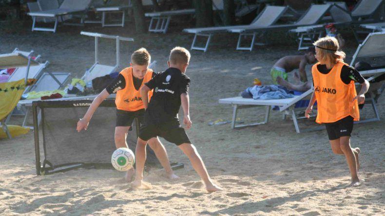 Hier wurde am Strand Fußball gespielt