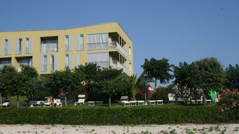 Blick auf das Hotel vom Strand aus
