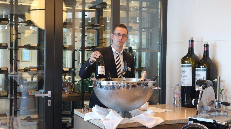 Sommelier Markus Alegre Galan erklärt uns beim Champagner Tasting auf der MS EUROPA 2 wie Champagner hergestellt wird.