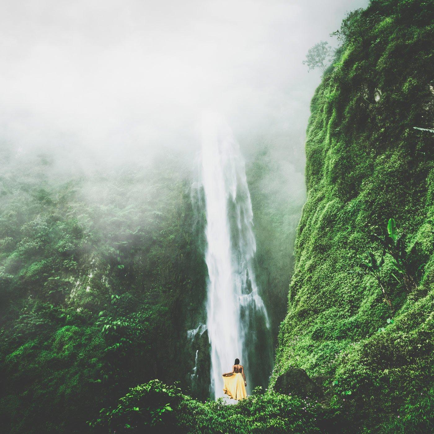 Meine Cousine vor einem gewaltigen Wasserfall in Java