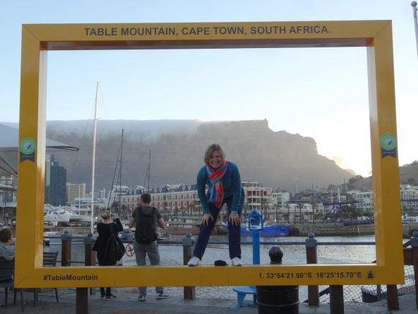 Caro in Kapstadt vor dem berühten Tafelberg