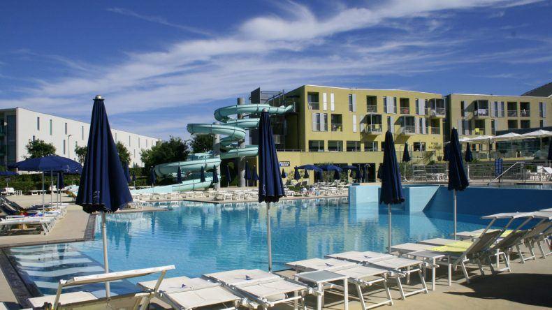 Der Poolbereich bildet den Mittelpunkt der Hotelanlage