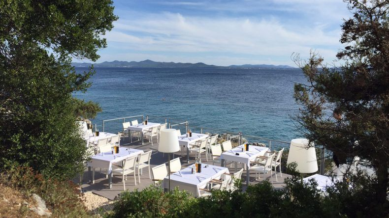 Einer meiner Lieblingsplätze im Urlaub: Das Restaurant Bracera mit traumhafter Sicht aufs Meer