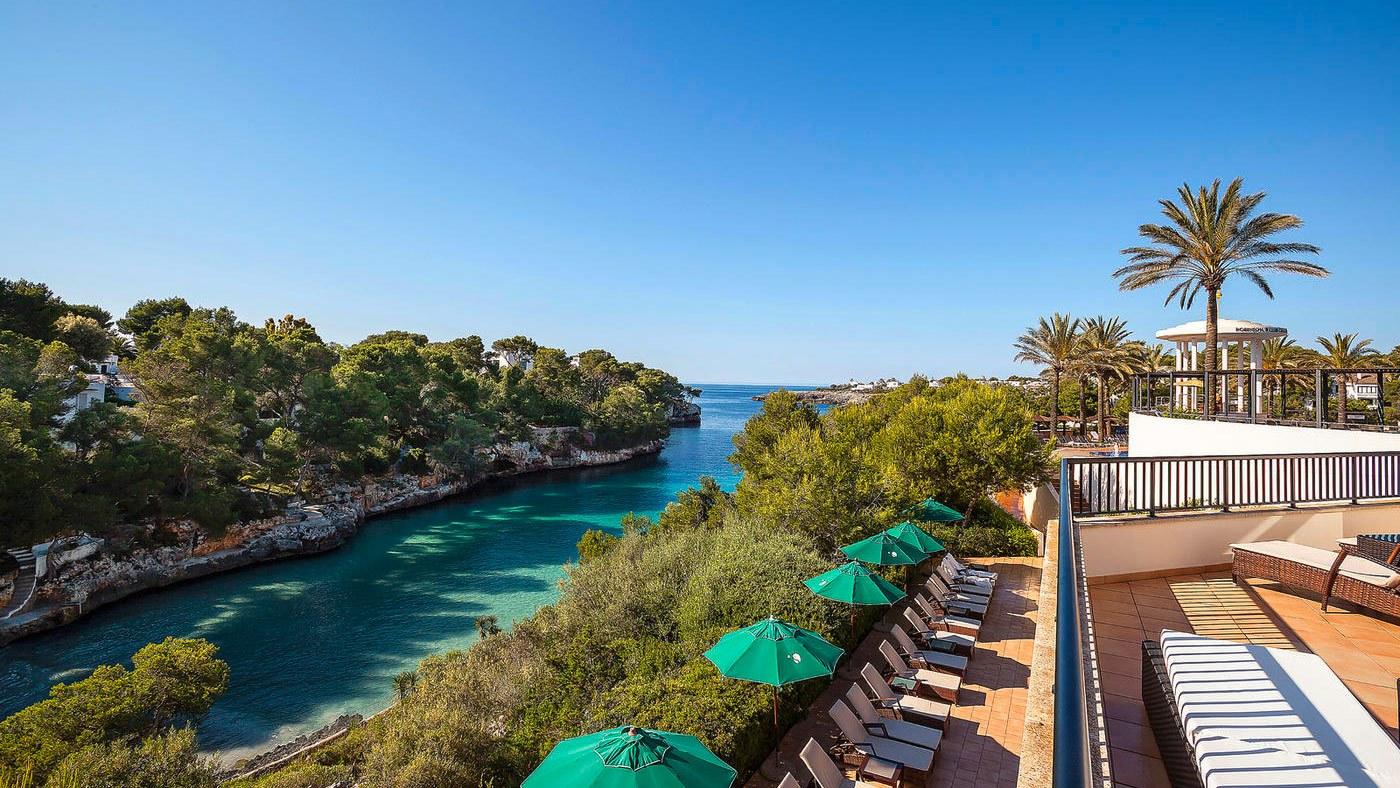 Direkt an einer wunderschönen Bucht liegt der ROBINSON Club Cala Serena