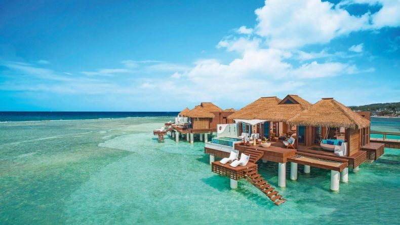 Wasserbungalows im Sandals Royal Caribbean Resort and Private Island in Jamaica
