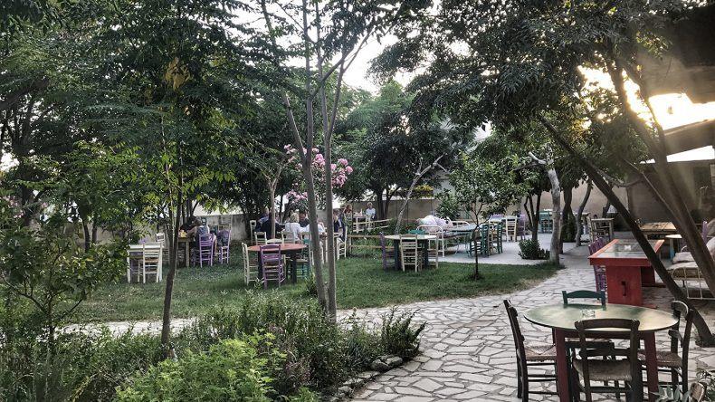 So idyllisch isst man im Garten des Restaurants Raftis.