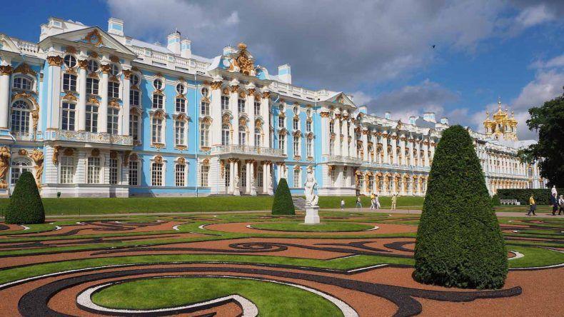 Blick von außen auf den Palast