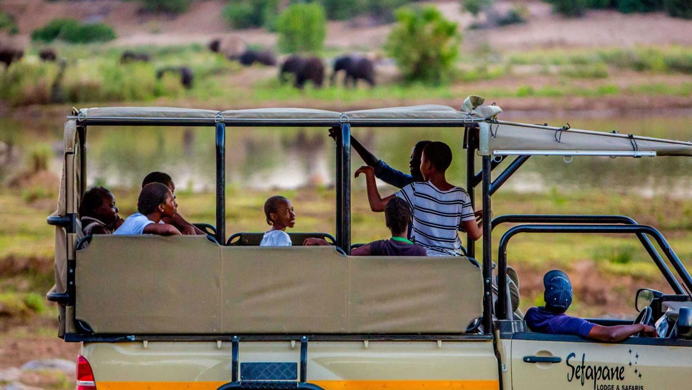 Kinder erlernen die Bedeutung des Umweltschutzes im Nationalpark