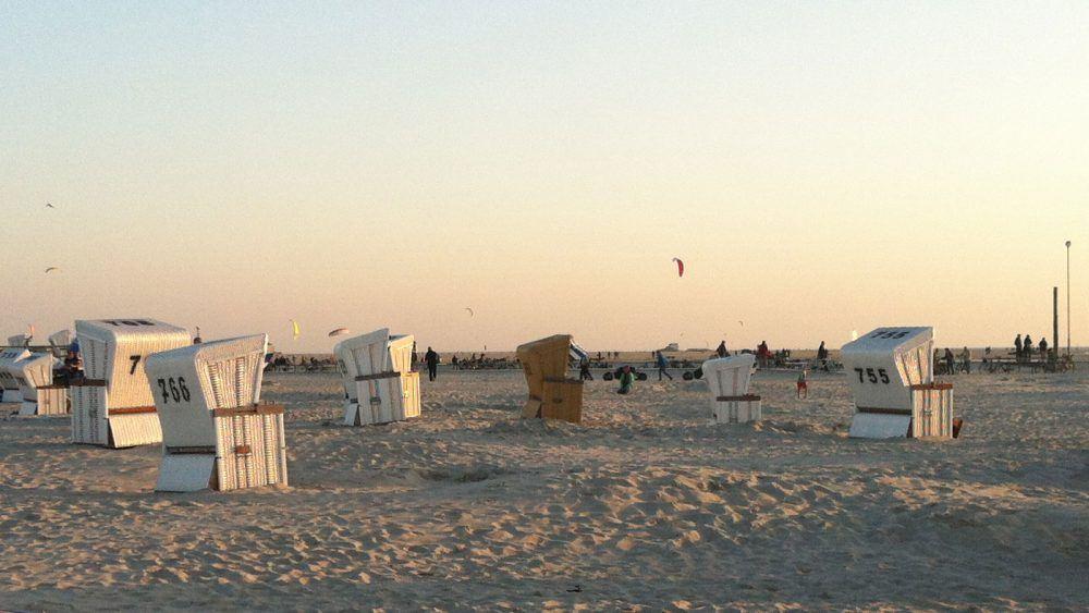 Der Strand in St. Peter Ording schimmert in goldenem Licht