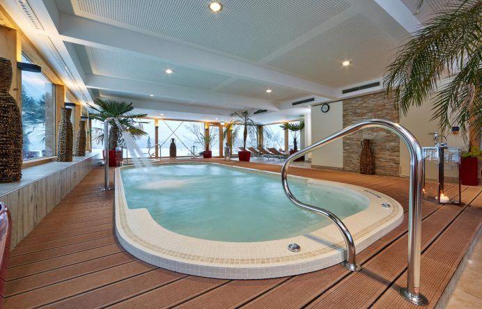 Kürzlich renoviert. Der Pool im Romantik Alpenhotel Waxenstein