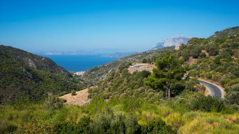 Entlang der Küstenstraße im Südwesten der Insel könnt ihr beste Aussichten auf das Meer genießen