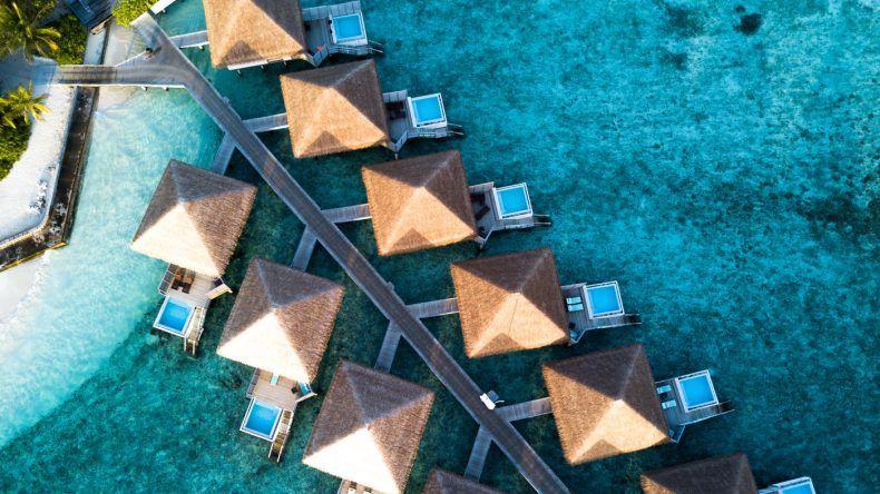 Vom Bett direkt ins Meer oder in den eigenen Pool. Die Wasserbungalows des Velassaru Maldives