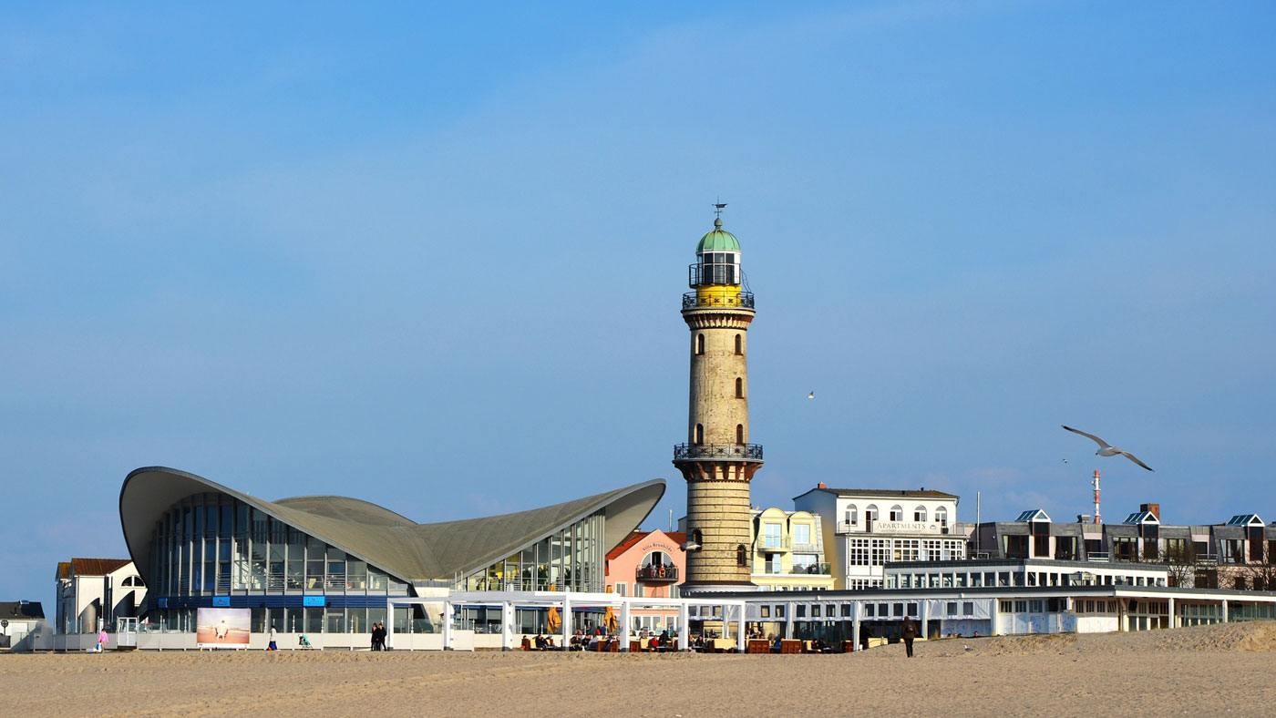Das Seebad Warnemünde mit seinen berühmtesten Bewohnern: Der Teepott und der Leuchtturm