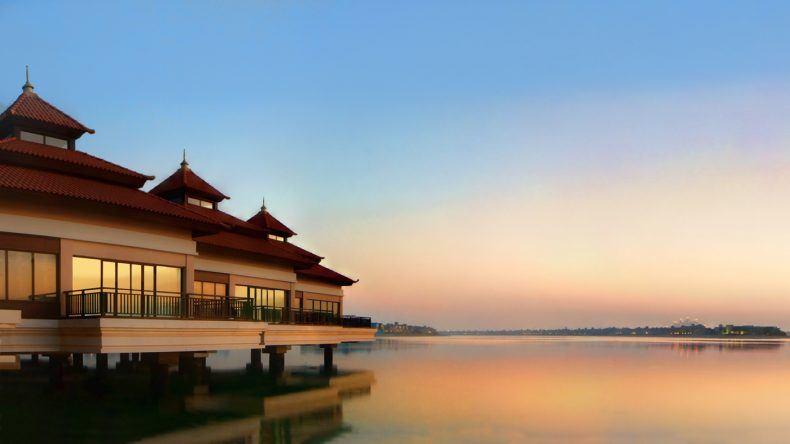 18 Over-Water-Villen bietet das Luxusresort - mit einem traumhaften Blick auf die Skyline Dubais