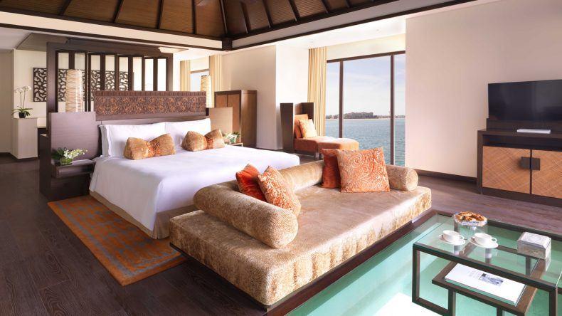 In der Over-Water-Villa könnt ihr direkt vom Kingsizebett aus durch ein Glasfenster im Fußboden in die Unterwasserwelt blicken