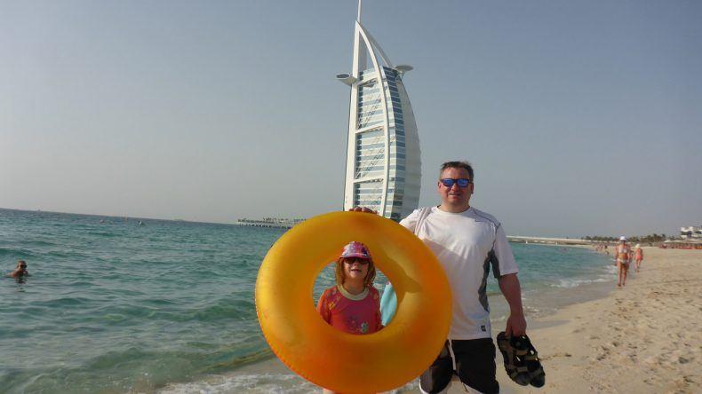 Andreas mit seiner Tochter am Strand in Dubai