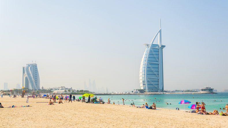 Der Public Beach in Dubai ganz in der Nöhe vom Burj al Arab (trabantos/Shutterstock.com)
