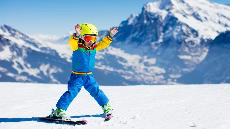 Kind lernt Skifahren