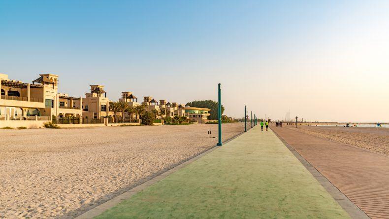 Eine Joggingstrecke und Promenade verbindet fast alle Dubai Strände miteinander. (Richard Yoshida/Shutterstock.com)
