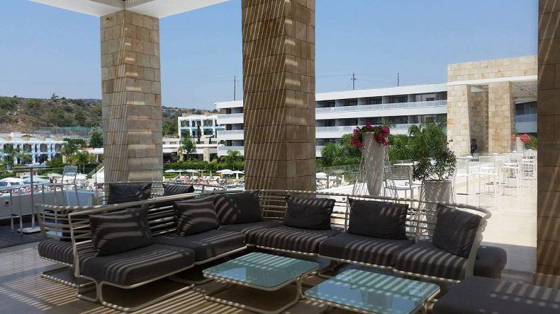 Schön modern: Die Terrasse an der Lobby