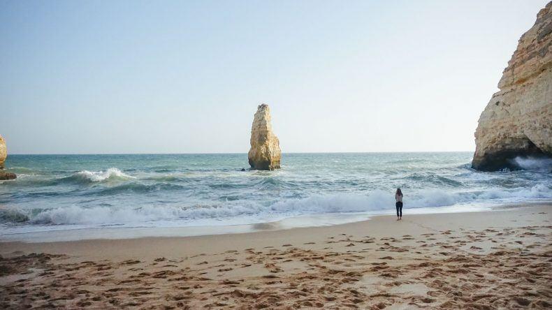 Die Praia do Carvalho liegt versteckt zwischen den Felsen