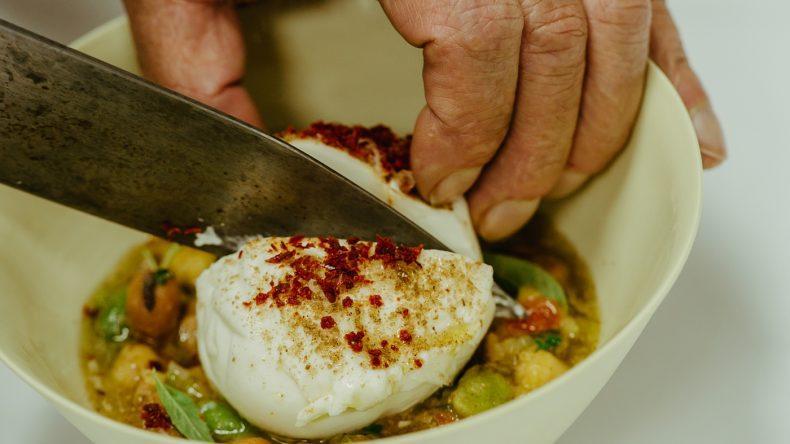 Burrata mit Foul Mudammas ist ein Muss im Restaurant Zahira