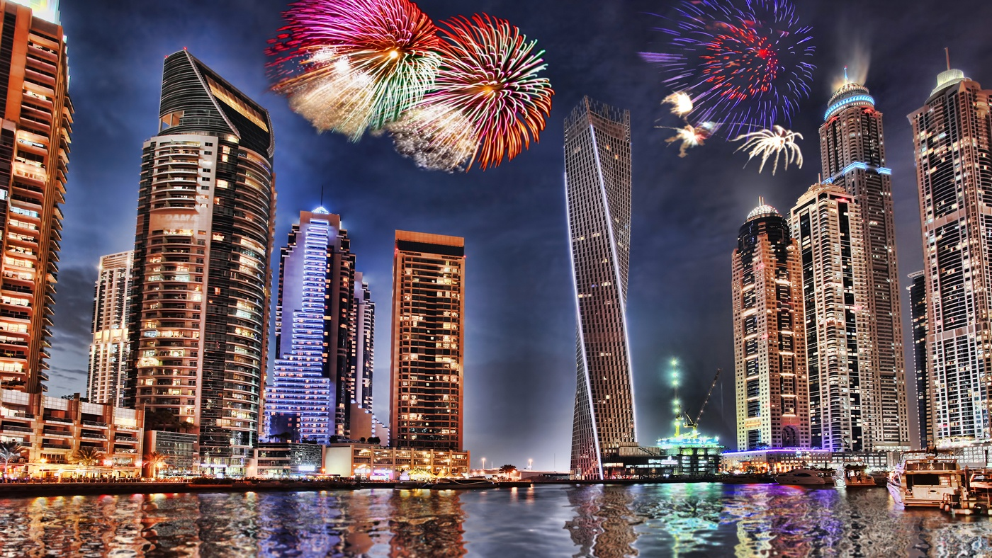 Überall in Dubai funkelt es zu Silvester. Hier das Feuerwerk in der Dubai Marina (Copyright: Samot/shutterstock(