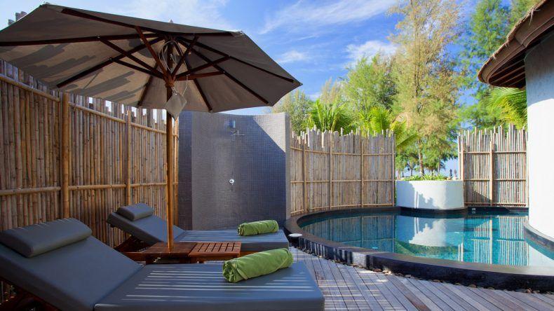 Ein eigener Pool, eine Regendusche, eine Sonnenliege - Was braucht man mehr?