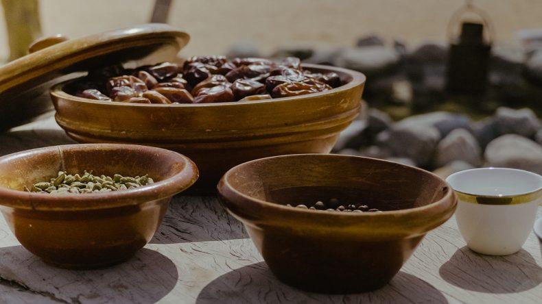 Süße Feigen und verschiedene arabische Gewürze.