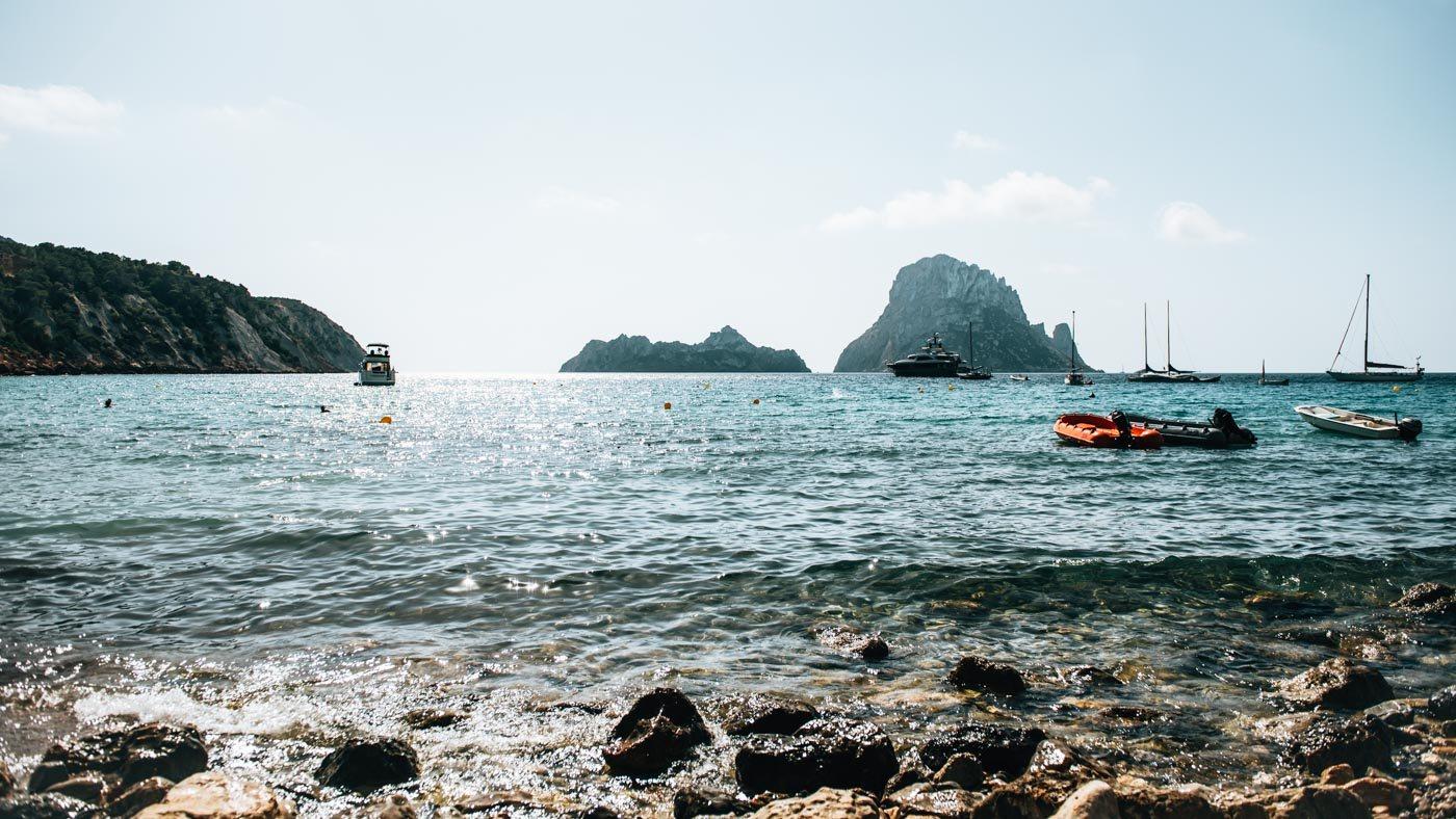 : Auch im Oktober könnt ihr in Ibiza noch im Meer baden.