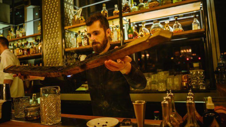 """Barkeeper Abbas beim Zubereiten des """"Black Isle"""" im Iris-Dubai."""