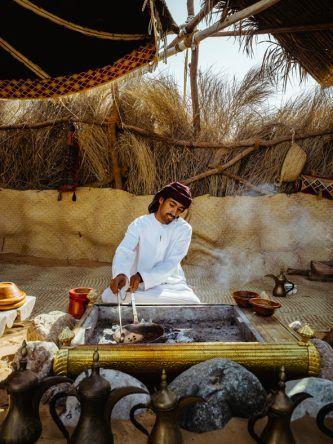 Für arabischen Kaffee werden die Kaffeebohnen in einer Pfanne über dem offenen Feuer geröstet.