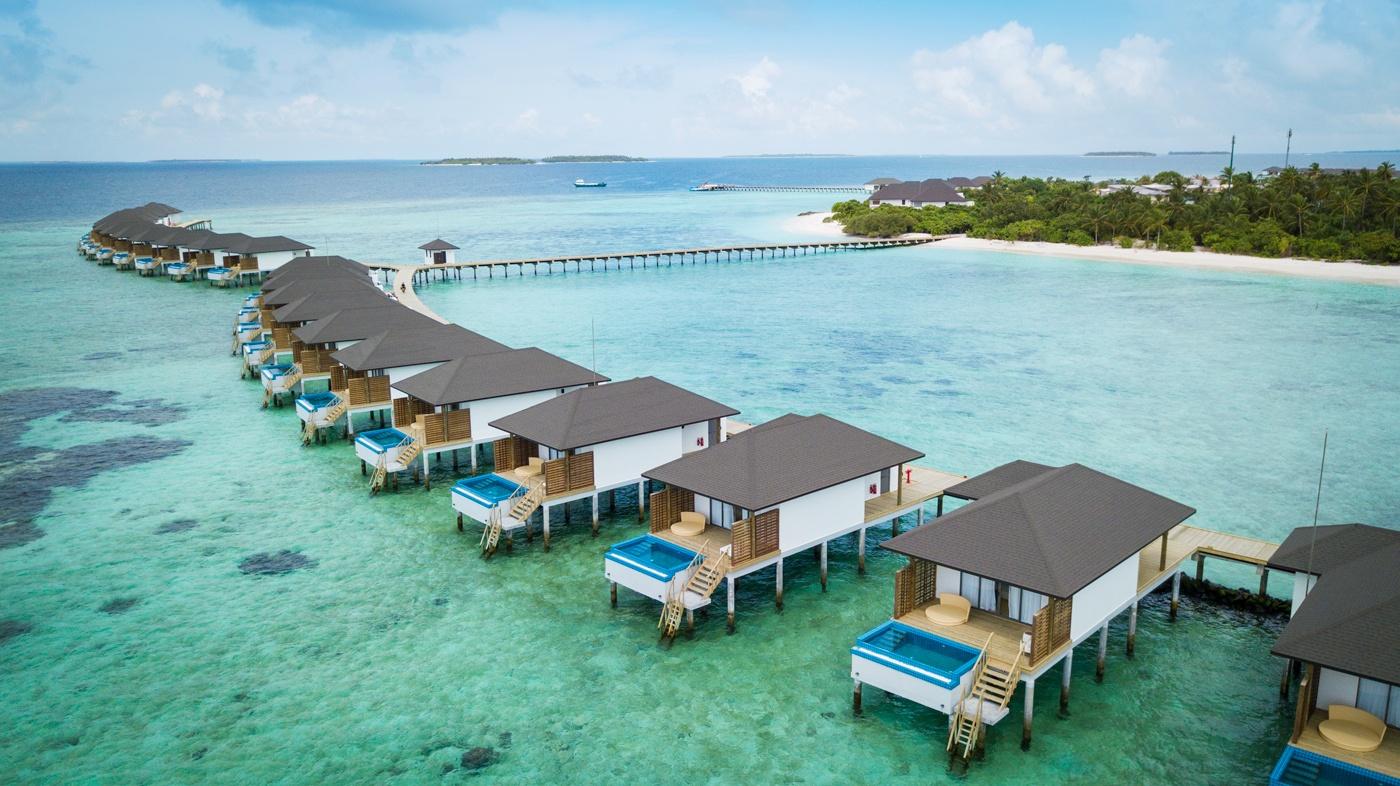 Die schönen Wasserbungalows mit Pirvate Pool laden zum Relaxen über dem Meer ein