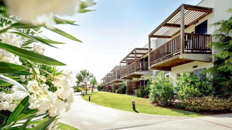 Blick auf die wunderschöne grüne Anlage des ROBINSON Club Quinta Da Ria