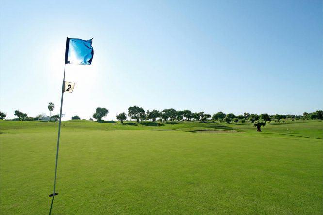 Nahe des ROBINSON Club Quinta Da Ria laden zwei Golfplätze zum Bälleschlagen ein