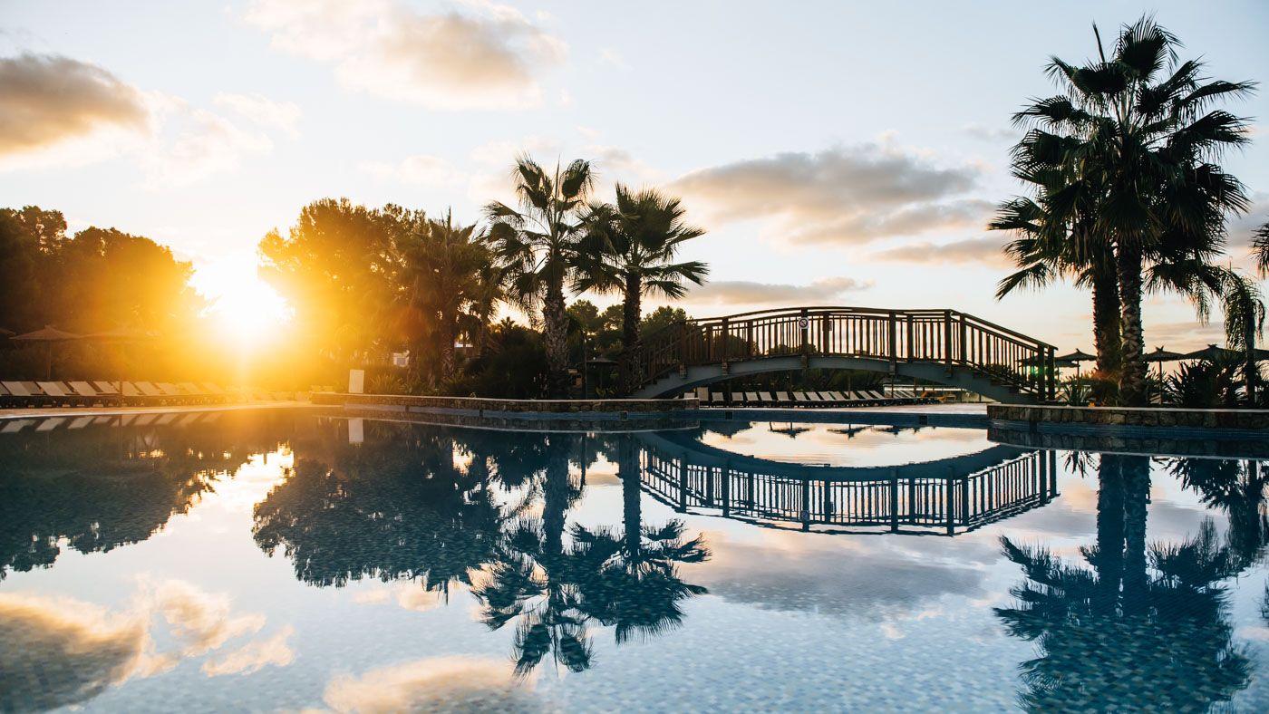 Frühaufsteher werden mit einem Sonnenaufgang am Pool belohnt.