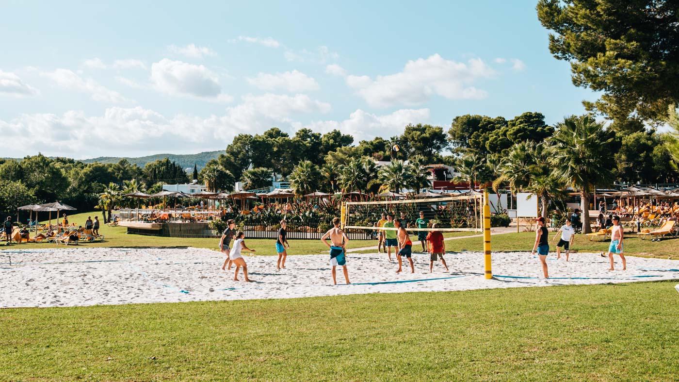 : Das TUI Magic Life Hotel beherbergt auch zwei Beachvolleyballplätze.