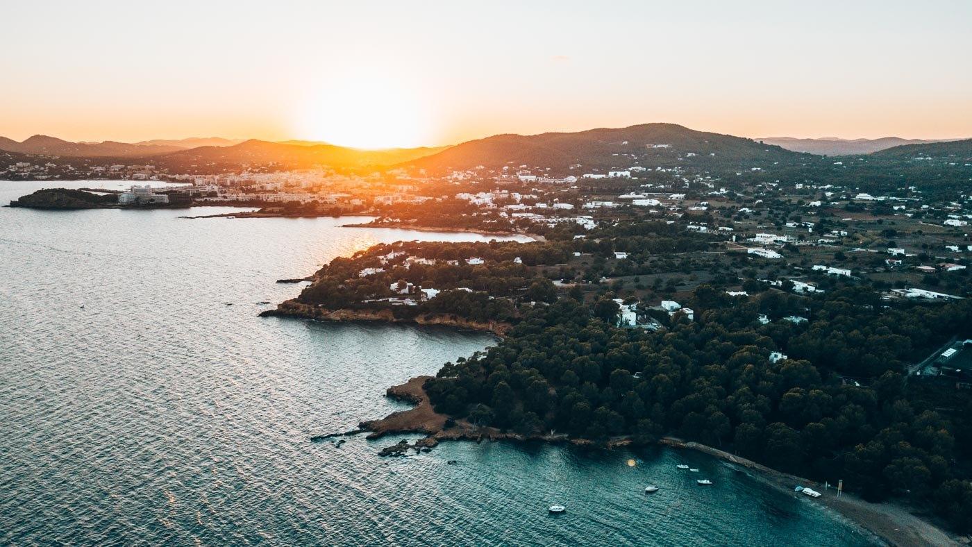 Atemberaubend schön: Cala Pada bei Sonnenuntergang.