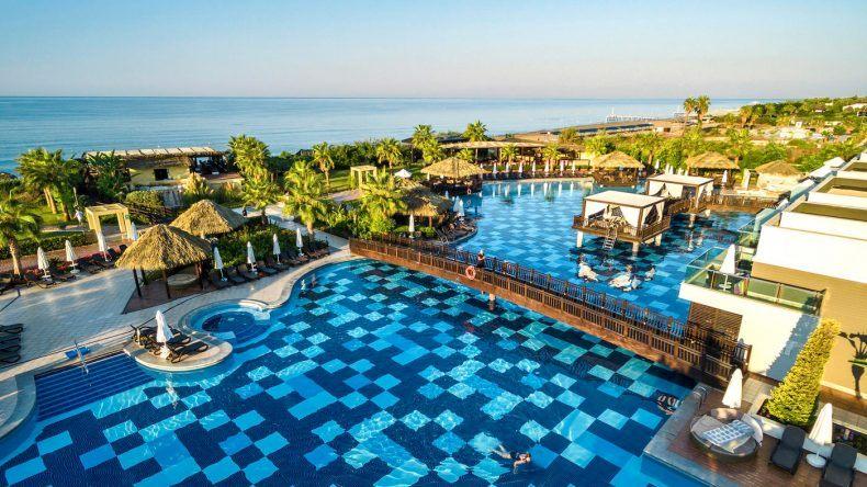 Wer möchte hier nicht gern auf den Daybeds direkt am Pool liegen?